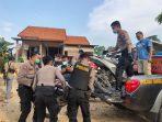 Aparat kepolisian mengangkat sejumlah sepeda motor saat penggrebekan judi sabung ayam di kabupaten Pati.