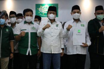 Ketua Gemasaba Jateng Jahirin Arumbusmend (dua dari kanan) bersama ketua DPW PKB Jateng KH M Yusuf Chudlori di sela-sela pelantikan.